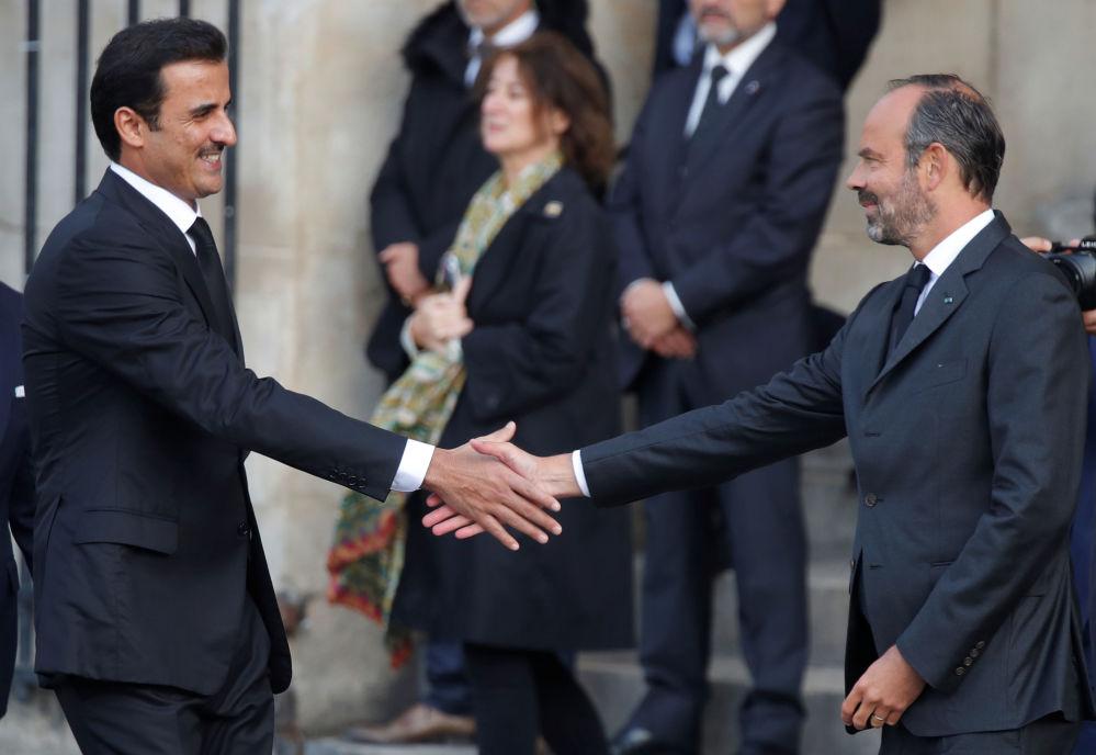 Francuski premier Edouard Philippe wita emira Tamima ibn Hamad Al Sani na uroczystościach pogrzebowych Jacquesa Chiraca