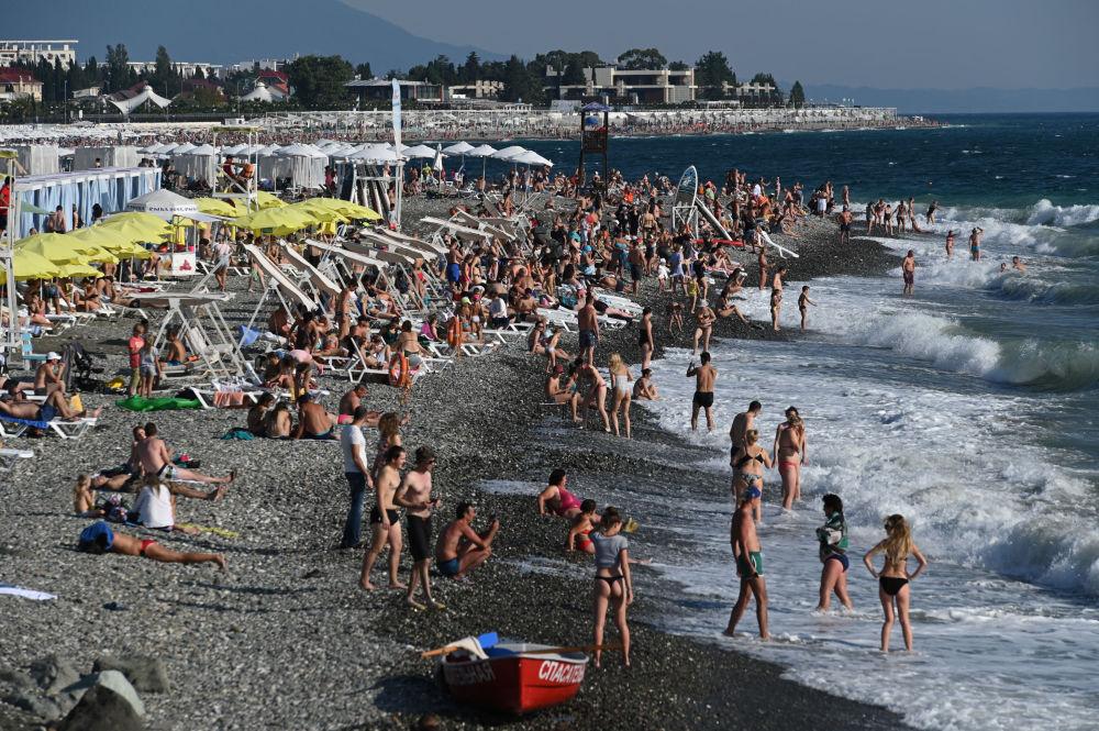 Urlopowicze na plaży w zatoce Niżnejmeretinskaja w Soczi
