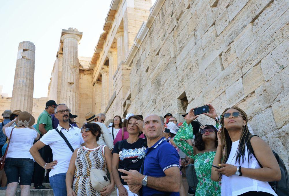 Turyści przy wejściu do Akropolu