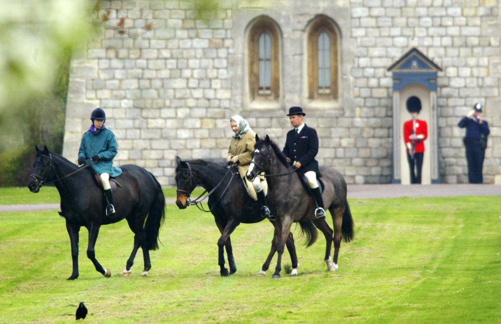Królowa Elżbieta II i jej córka Anna na przejażdżce konnej