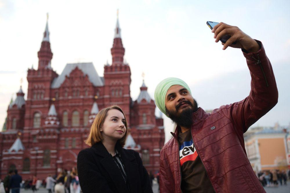 Turyści na Placu Czerwonym w Moskwie