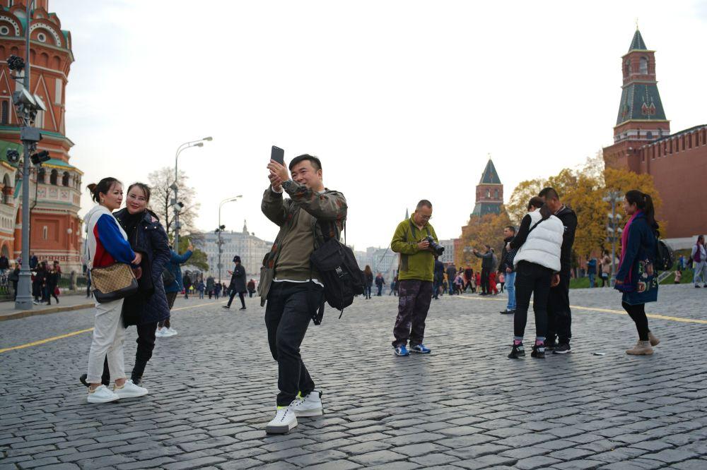 Zagraniczni turyści na Placu Czerwonym w Moskwie