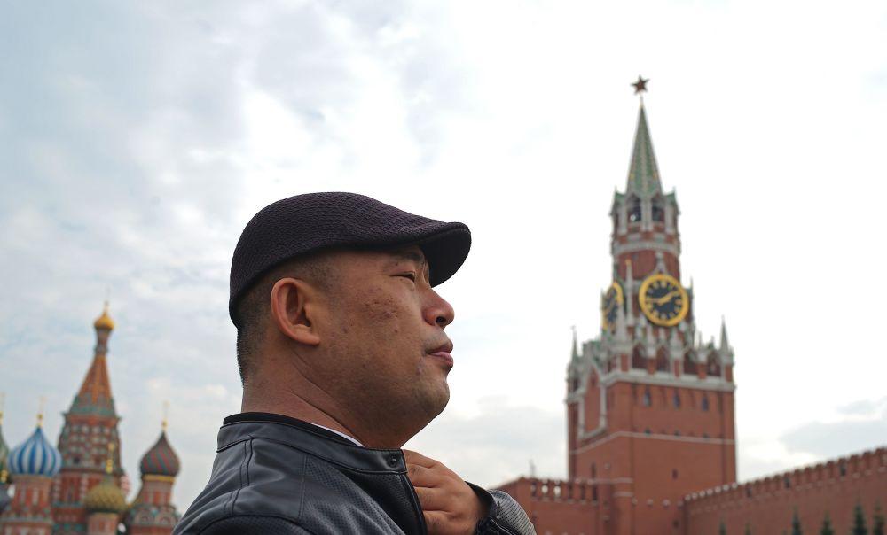 Zagraniczny turysta na Placu Czerwonym w Moskwie
