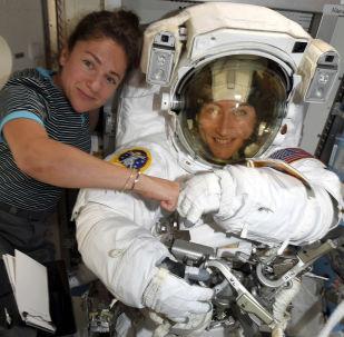 Astronautki Christina Koch i Jessica Meir pozują do zdjęcia na MSK