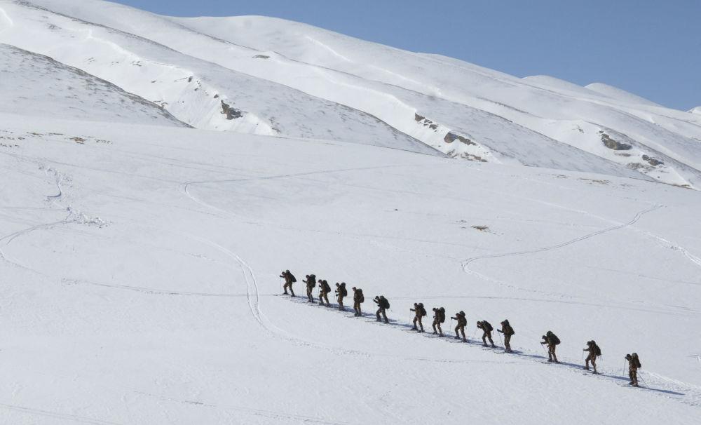 Kompania rozpoznawcza sił specjalnych 33. brygady strzelców zmotoryzowanych podczas treningu narciarskiego w górach Dagestanu