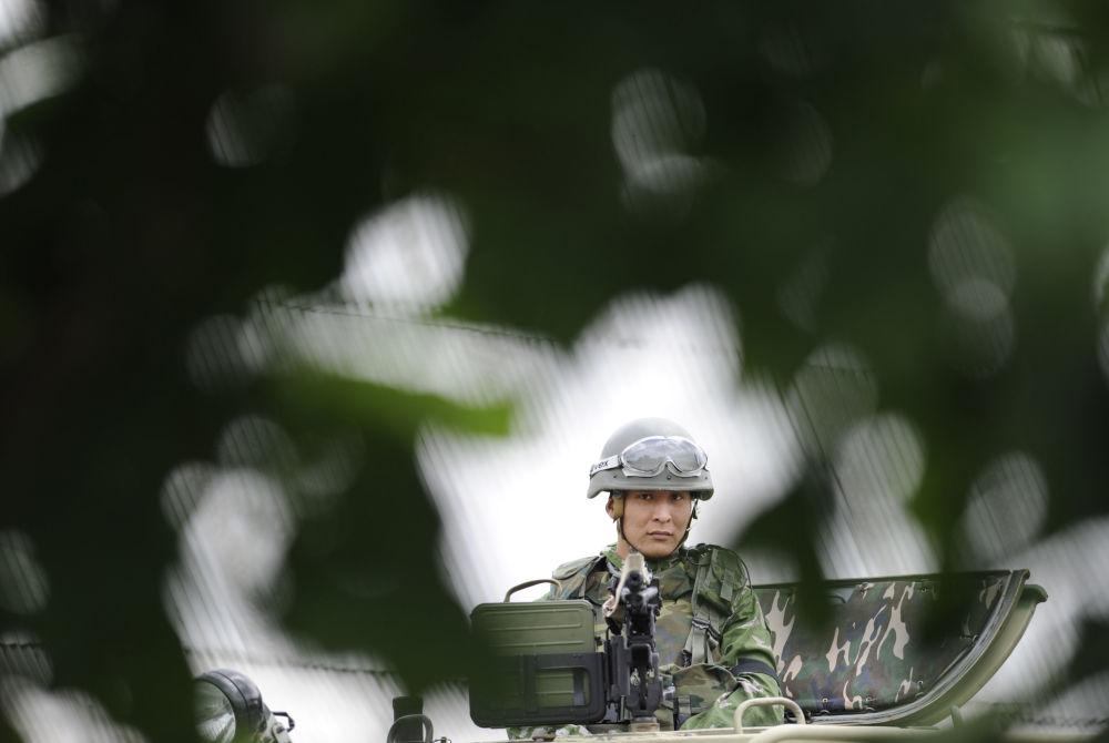 Strzelec na opancerzonym samochodzie terenowym STS Tiger podczas ćwiczeń w obwodzie rostowskim