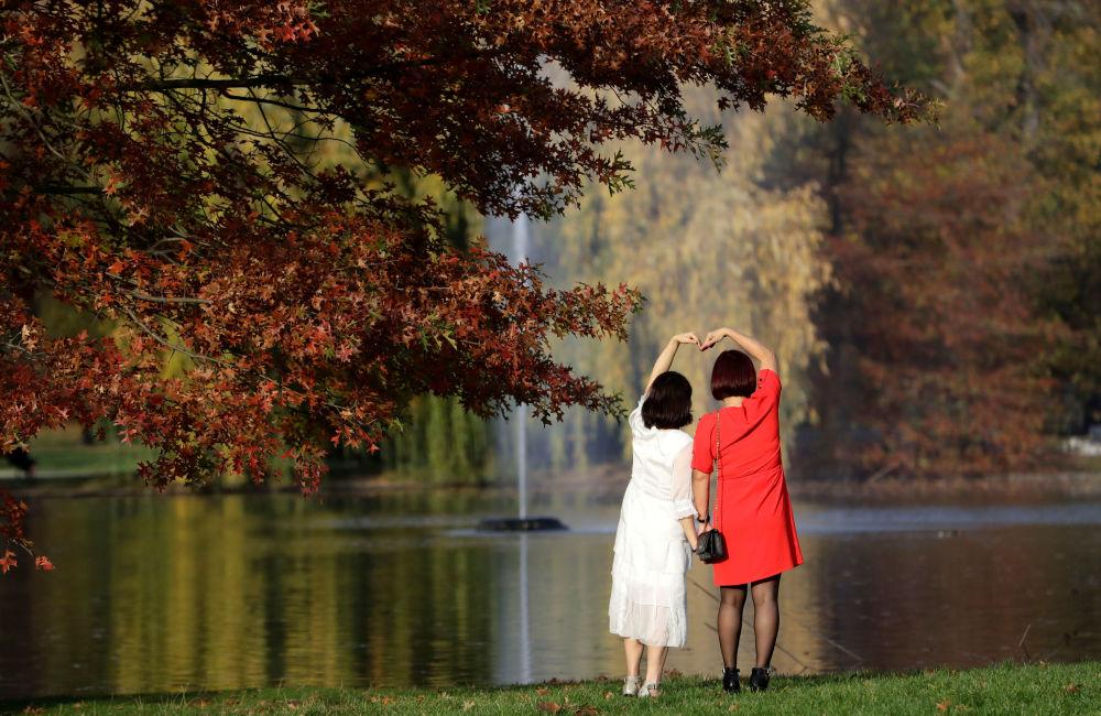 Kobiety pozują do zdjęcia w parku w Pradze