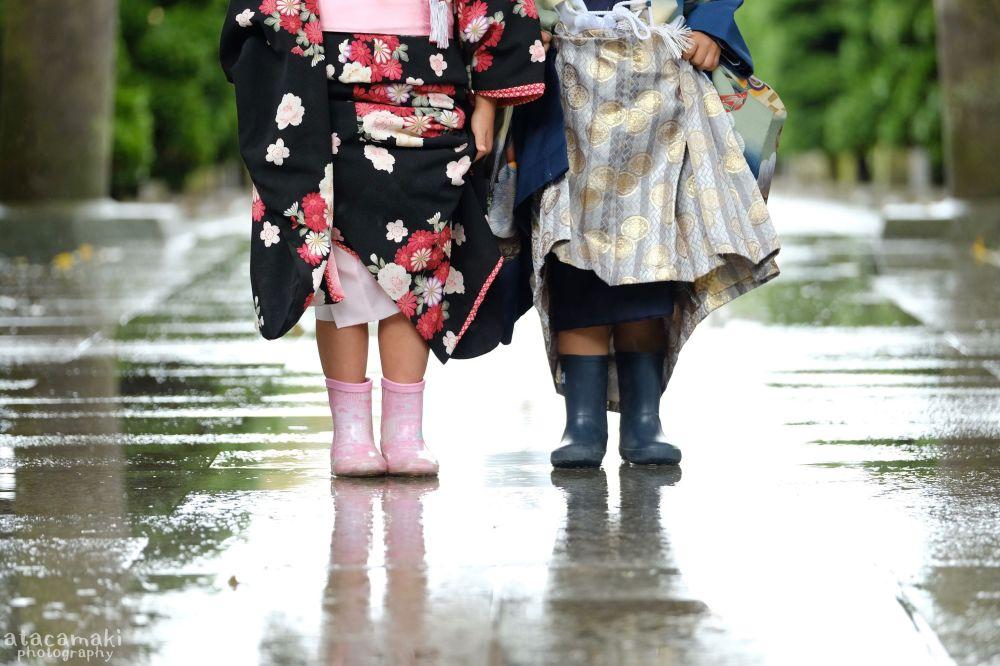 Ludzie w tradycyjnych japońskich strojach i... kaloszach