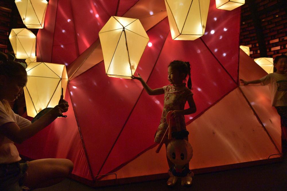 Dziewczynka podczas festiwalu jesiennego w Hong Kongu