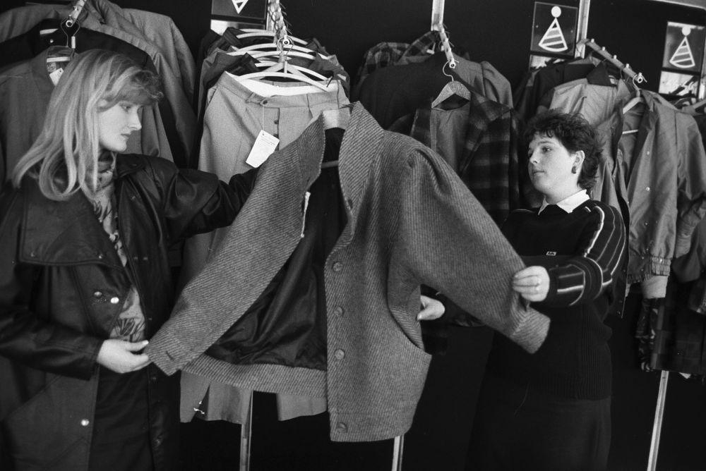Oddział odzieży damskiej w centrum handlowym, 1988 rok