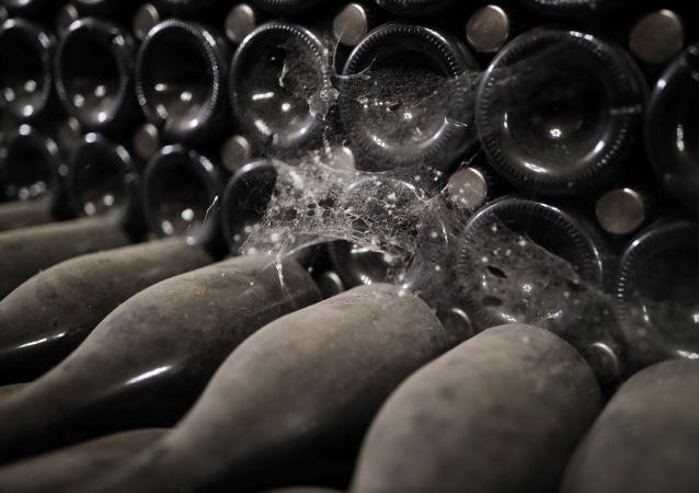 Zakurzone butelki z winem