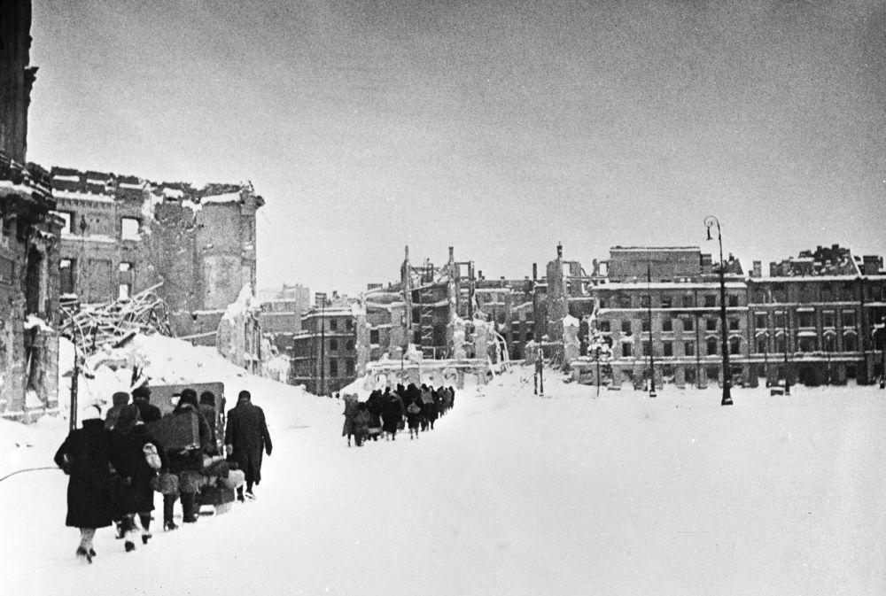 Mieszkańcy Warszawy wracają do swoich domów, 1945 rok