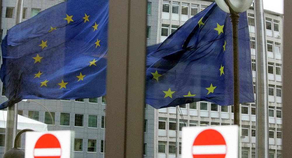 Flagi unijne przed siedzibą Unii Europejskiej w Brukseli, 12 marca  2008