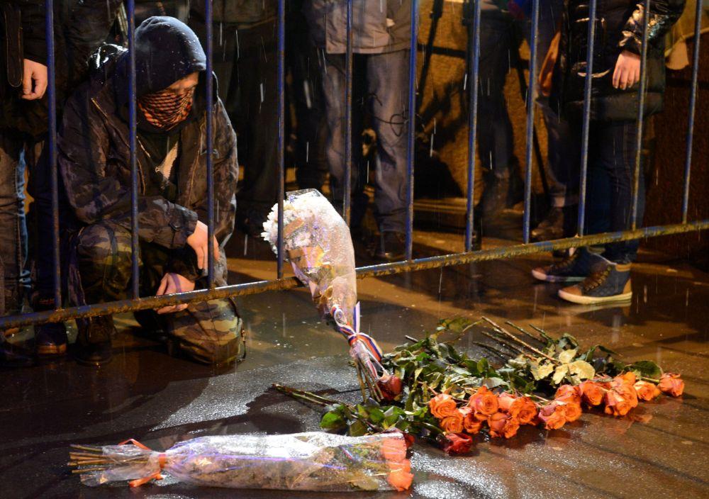 Mieszkańcy Moskwy przynoszą kwiaty na Duży Most Moskworecki, gdzie został zamordowany Borys Niemcow