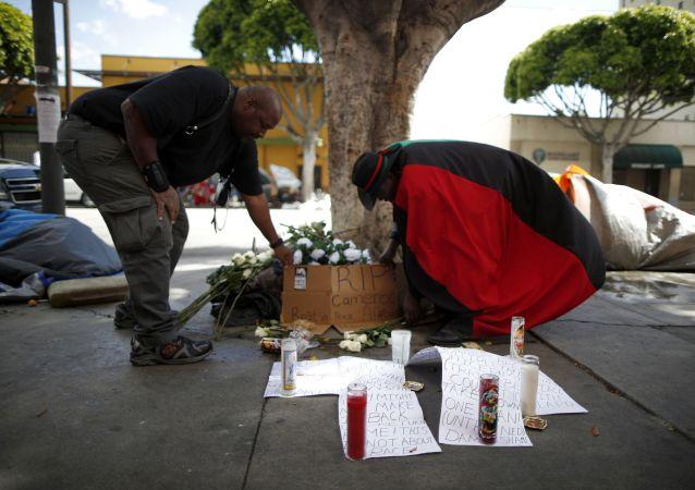 Kwiaty na miejscu zabójstwa bezdomnego w Los Angeles