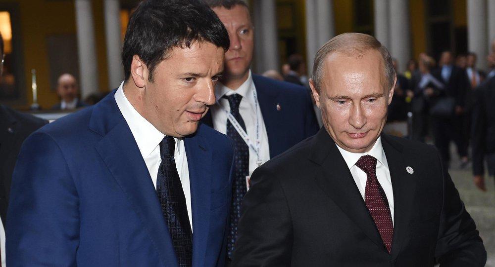 Premier Włoch Matteo Renzi rozmawia z prezydentem Rosji Władimirem Putinem