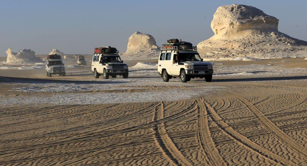 Dżipy na egipskiej pustyni