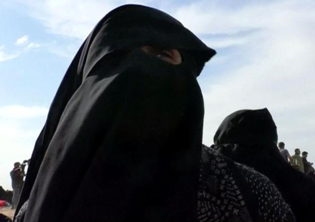Wdowa członka Państwa Islamskiego w czasie ewakuacji ze strefy nieopodal miasta Baguz
