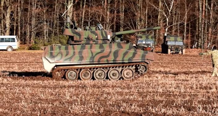Ćwiczenia amerykańskiej armii w Niemczech, na których transportery opancerzone M113 imitują czołg T-72B3