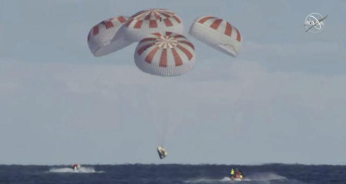 Wodowanie statku kosmicznego Crew Dragon w oceanie