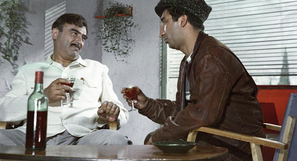 """Kadr z fulmu """"Kaukaska branka, czyli nowe przygody Szurika. Po lewej: Władimir Etusz, po prawej - Frunzik Mykyrtczian"""