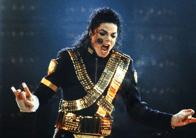 Amerykańska gwiazda popu Michael Jackson występuje na stadionie Łużniki w Moskwie w 1993 roku