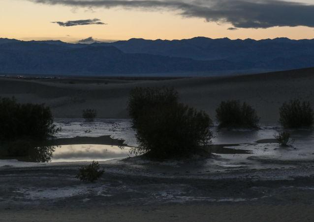 Dwa stawy w Dolinie Śmierci w Kalifornii