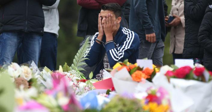 Ludzie opłakują ofiary ataków w meczecie 15 marca w Christchurch, Nowa Zelandia