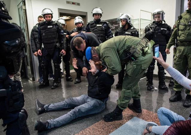 Demonstranci z piłami łańcuchowymi zajęli budynek serbskiej telewizji
