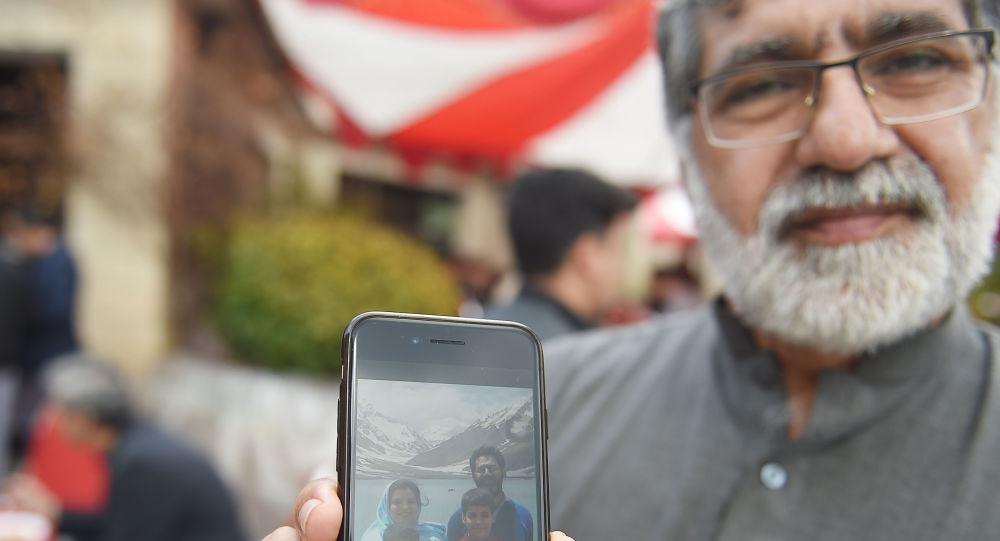 Brat Naima Rashida, zabitego podczas ataku na meczet Christchurch w Nowej Zelandii, pokazuje zdjęcie swojej rodziny