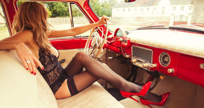 Kobieta w bieliźnie w samochodzie