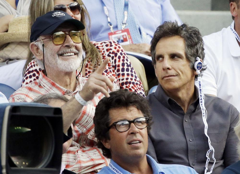 Aktorzy Sean Connery i Ben Stiller oglądają mecz tenisowy