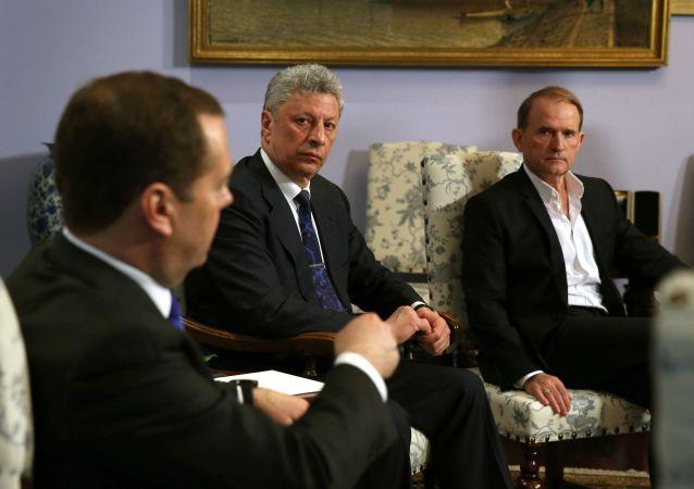 Premier Federacji Rosyjskiej Dmitrij Miedwiediew podczas spotkania z kandydatem na prezydenta Ukrainy Jurijem Bojko i ukraińskim politykiem Wiktor Medwedczukiem