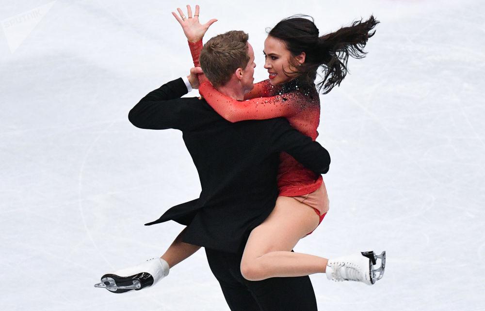 Madison Chock i Evan Bates ze Stanów Zjednoczonych wykonują rytmiczny taniec na Mistrzostwach Świata w łyżwiarstwie figurowym w Saitame.