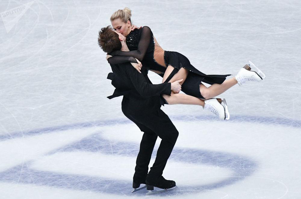 Rosyjscy łyżwiarze figurowi Wiktoria Sinicina i Nikita Kacałapow wykonują rytmiczny taniec na Mistrzostwach Świata w łyżwiarstwie figurowym w Saitame.