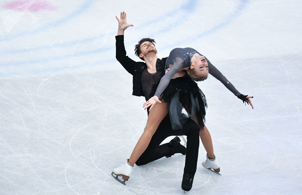 Rosjanie Aleksandra Stiepanowa i Iwan Bukin wykonują rytmiczny taniec na Mistrzostwach Świata w łyżwiarstwie figurowym w Saitame.