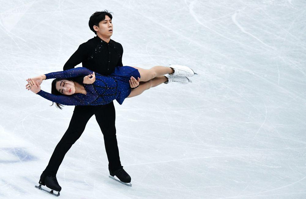 Sui Wenjing i Han Cung z Chińskiej Republiki Ludowej wykonują dowolny program par na Mistrzostwach Świata w łyżwiarstwie figurowym w Saitame