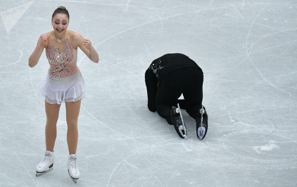 Aleksandra Bojkowa i Dmitrij Kozłówskij z Rosji wykonują dowolny program par na Mistrzostwach Świata w łyżwiarstwie figurowym w Saitame.