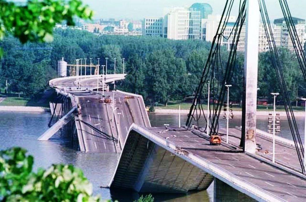Most Wolności w Nowym Sadzie po bombardowaniach sił NATO.