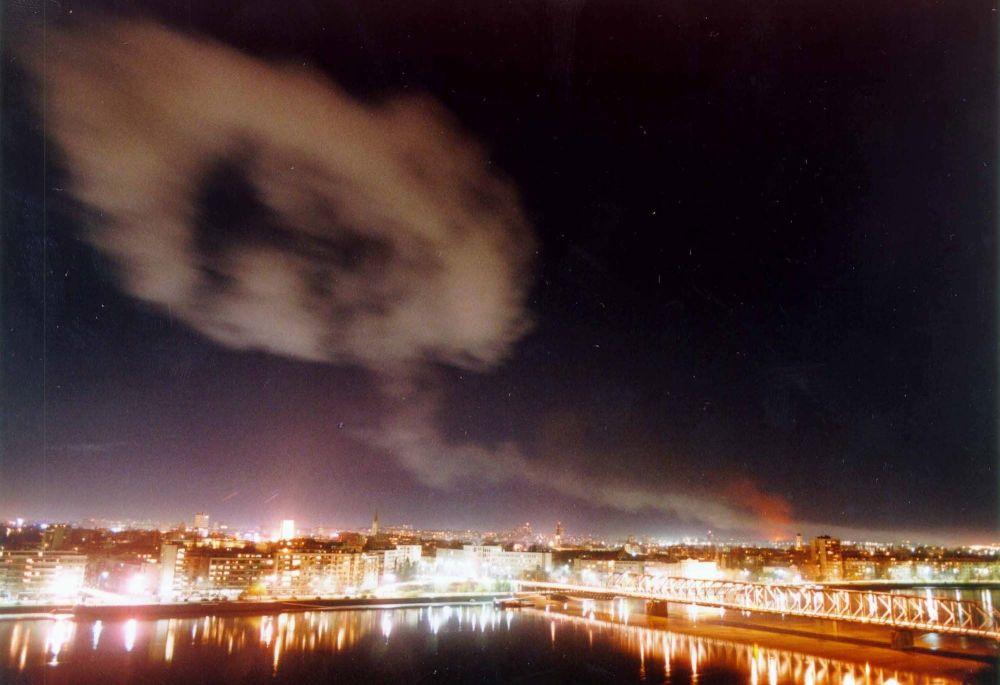 Dym nad Nowym Sadem po bombardowaniach NATO.