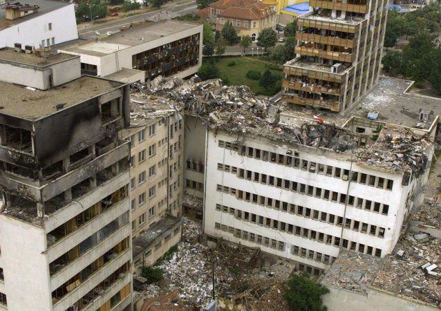Zniszczony w nalotach NATO budynek Centralnej Poczty w Prisztinie.