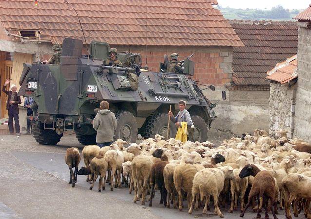 BTR niemieckich żołnierzy, należących do międzynarodowych sił KFOR pod dowództwem NATO, w mieście Orahovac w zachodnim Kosowie, 1999 rok.