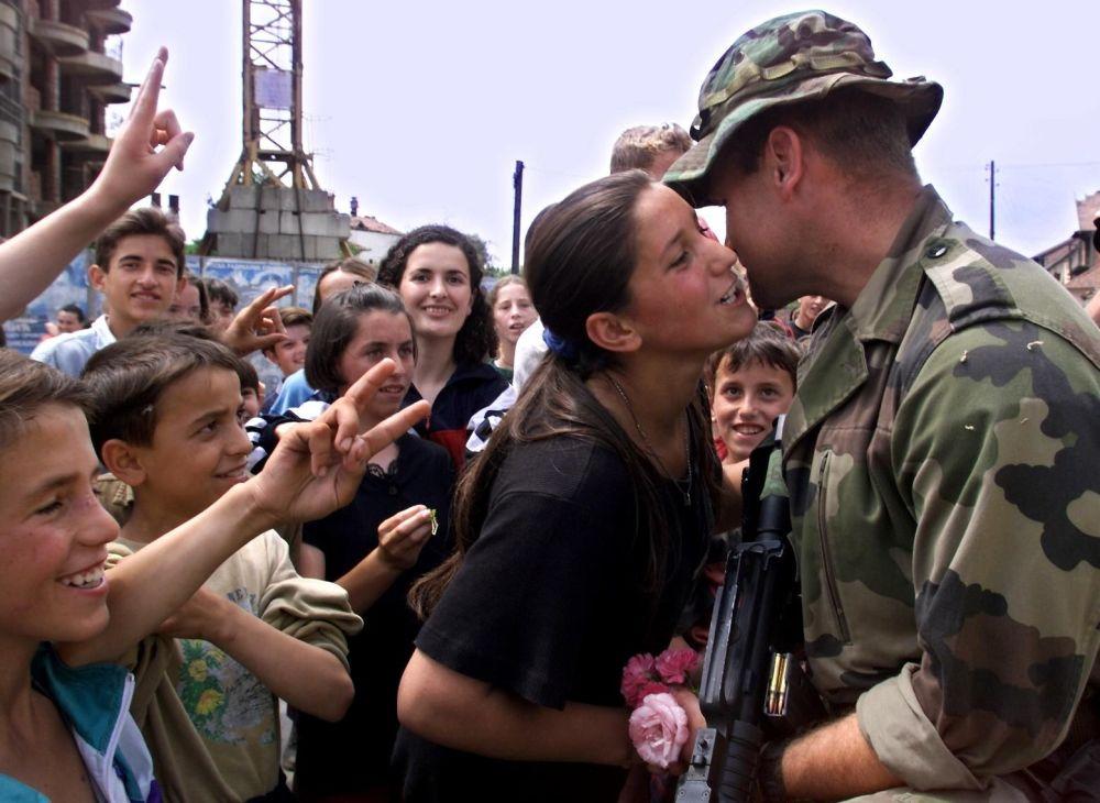 Albańczycy witają siły pokojowe NATO w Kosowskiej Mitrowicy, Jugosławia, 1999 rok.