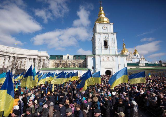 Ludzie słuchają przedwyborczego przemówienia prezydenta Ukrainy Petra Poroszenki na placu Michajłowskim w Kijowie