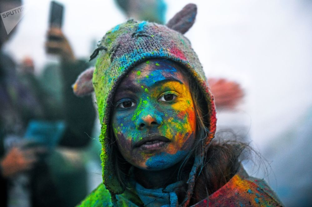 Uczestniczka festiwalu kolorów Holi Mela w Moskwie