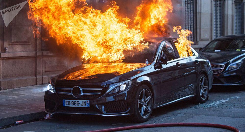 """Samochód podpalony podczas protestu """"żółtych kamizelek"""" w Paryżu"""