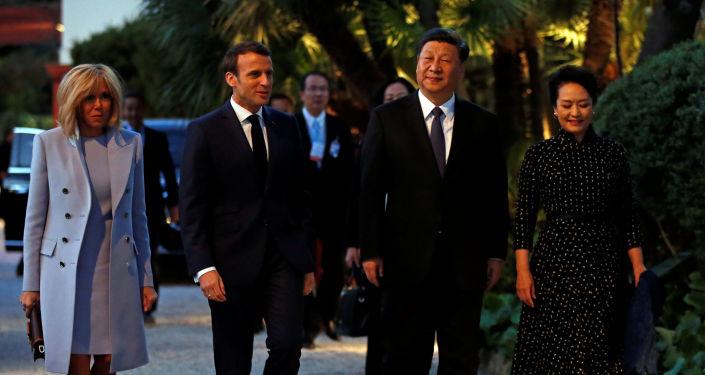 Prezydent Francji Emmanuel Macron z żoną Brigitte i prezydent Chin Xi Jinping z żoną Peng Liyuan