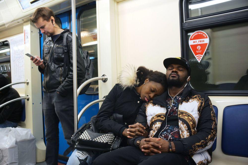Pasażerowie w metrze moskiewskim