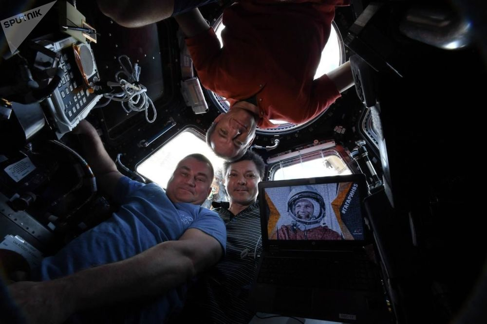 Kosmiczne selfie z pokładu Międzynarodowej Stacji Kosmicznej autorstwa Olega Kononienki, Aleksieja Owczynina i Davida Saint-Jacquesa.