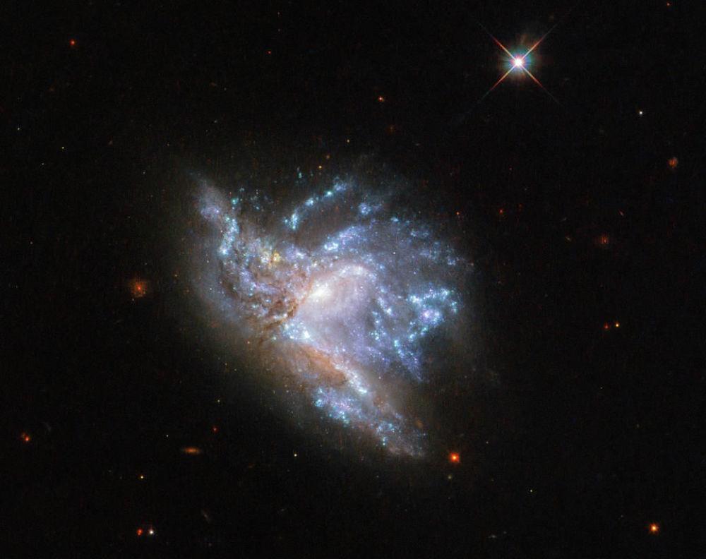 Zderzające się ze sobą galaktyki PGC 57039 i PGC 200329 w gwiazdozbiorze Herkulesa.